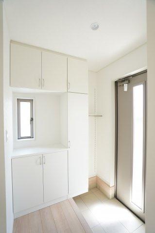【同仕様施工例】ガラス部分から光が取り込める玄関ドアです。