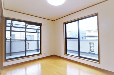 【現地写真】 2面窓で 明るい陽差しが入る、気持ちのいい 洋室部屋です♪大きな窓からたっぷりと陽光が注がれる明るい空間。