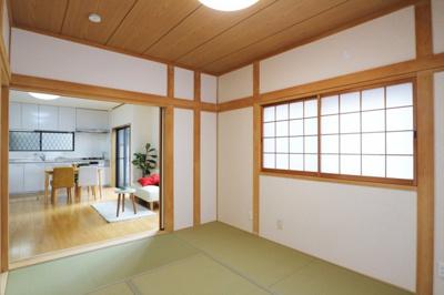 【現地写真】 リビングの隣に和室♪  静かな環境でリラックスタイムをスタートさせてください♪