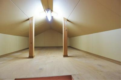 【現地写真】 物置にも利用できる屋根裏部屋♪