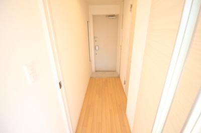 玄関前に姿見鏡があります