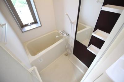 窓付きの浴槽☆オシャレなアクセントと大きな鏡付き