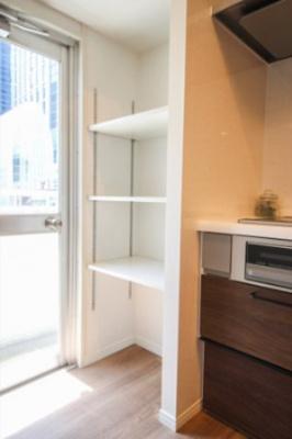 キッチン横には便利な可動棚があり、食物庫としても使用できます。