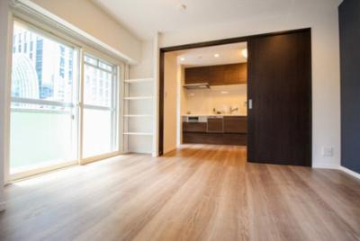 約6.9帖のベッドルーム。二面採光の為明るいお部屋です。