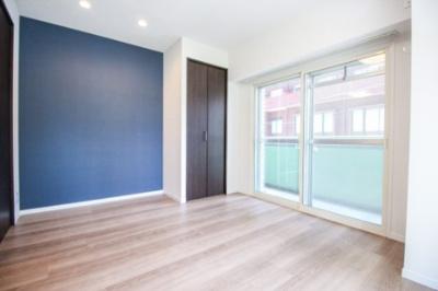 約6.9帖のベッドルーム。ブルーのアクセントクロスを使用したモダンテイストなお部屋。