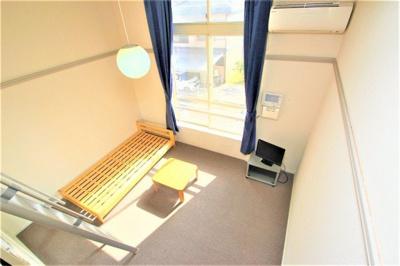 テレビ、エアコン、ベッド台、机が装備されていますよ!