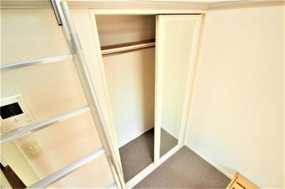 収納扉は両面開きの姿見になってますよ!