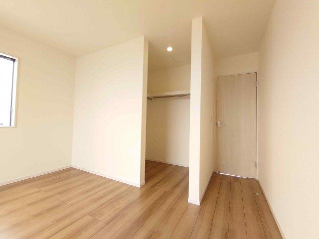 主寝室:ウォークインクローゼット《 現地写真 》現地見学や詳細は 株式会社レオホーム へお気軽にご連絡下さい。