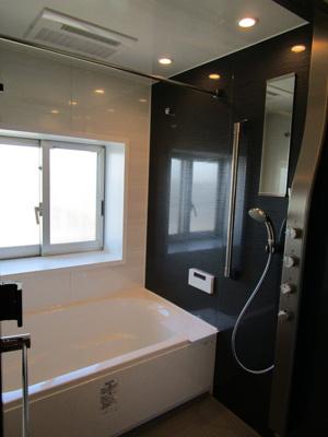 1418サイズのゆったりとした浴室。どの位置を向いても全身を包み込んでくれる、ボリューム感あるお湯の広がりを実現したアクアタワーオーバーヘッドシャワーです。ワンランク上のバスタイムに。