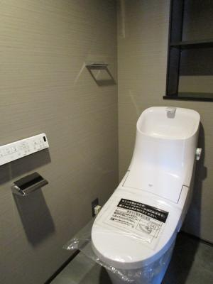 リフォームで新規交換しています♪トイレ奥には収納棚あります。整理整頓も行き届いた空間にできます。お掃除しやすい便座です♪