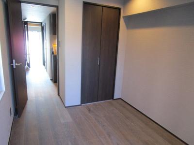 独立した5・3帖の洋室です。お子様のお部屋に、またゲストルームに最適です。窓の外にはバルコニーがあり、採光も十分あります。