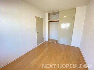 玄関横の洋室6帖です♪収納スペースも有り、室内を有効に使用していただけます(^^)ぜひ現地でご確認ください♪