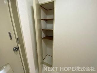 玄関には収納が設けられております♪