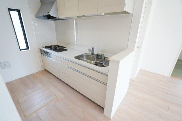 【同仕様施工例】キッチン上のスペースを有効活用、吊り戸棚でかさばるお鍋やキッチン用品をすっきり収納できます。