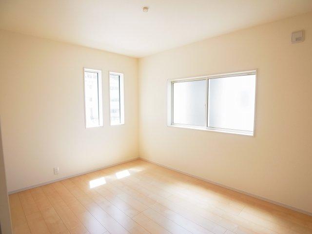 現地写真 2階の洋室はどのお部屋も二面採光で明るく風通しも良さそうです♪