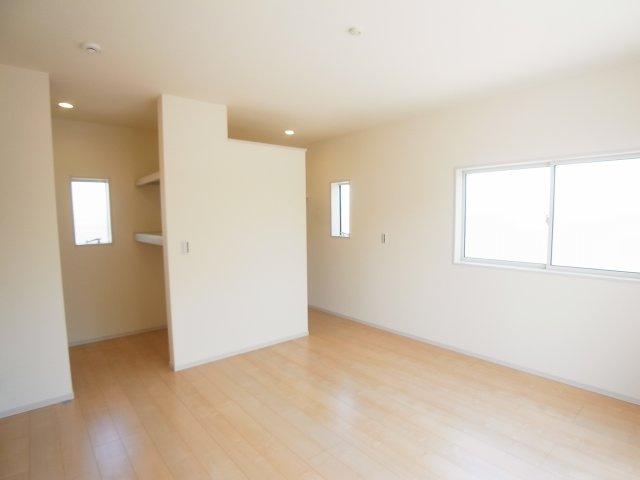 現地写真 主寝室の大型のウォークインクローゼットは収納ラクラク、お部屋スッキリ♪