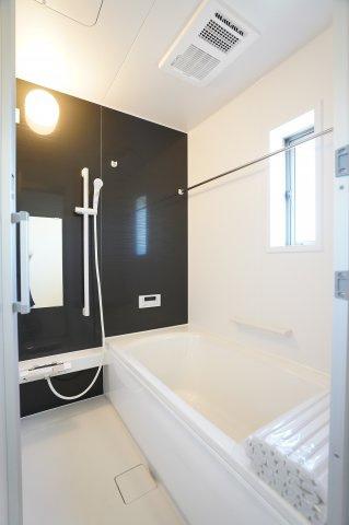 【同仕様施工例】足を伸ばせる1坪サイズの広々とした浴槽で、1日の疲れをゆっくり癒すことができます。