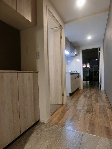 玄関から室内への景観です!右手にトイレと洗面所、キッチンの奥に洋室12.8帖のお部屋があります★※参考写真※