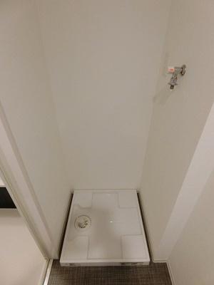 キッチン横にある室内洗濯機置き場です♪室内に置けるので洗濯機が傷みにくい☆※参考写真※