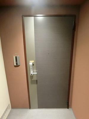 玄関扉はカードキーになっています♪防犯性が高く、一人暮らしの方でも安心ですね!※参考写真※