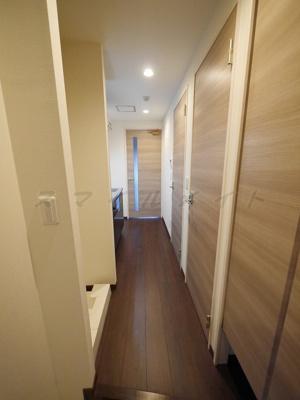 白を基調とした空間・シューズボックス付き玄関です。