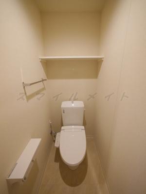 冬場も温かい温水洗浄便座付きトイレです。上部には棚があります。