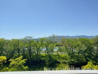 バルコニーからの眺望です♪緑豊かな眺望で四季を感じられますね(^^)