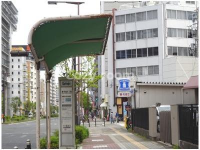 マンション前には「バス停」と「コンビニ」があります。