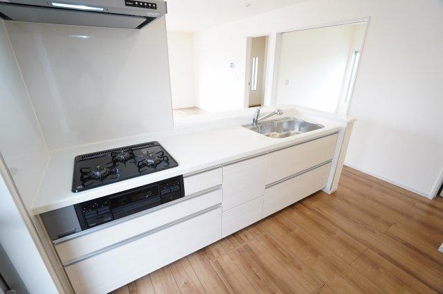 【同仕様施工例】キッチン下の引出し収納でお鍋やフライパンもすっきり片付けられます。