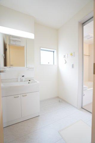 【同仕様施工例】清潔感のある洗面所です。