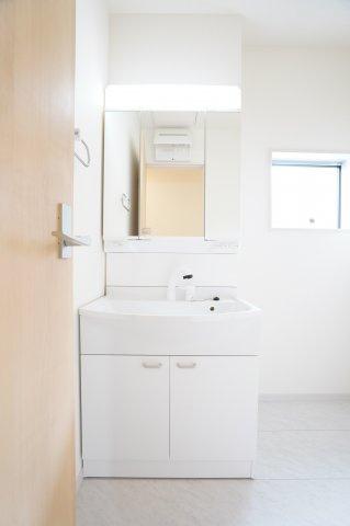 【同仕様施工例】シャワー付洗面化粧台 三面鏡の収納で歯ブラシや化粧品など収納できます。