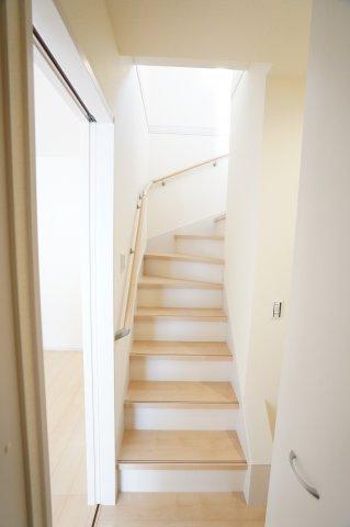 【同仕様施工例】手すり付階段 明るいです。