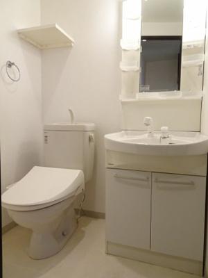 アーバンテラス町屋 忙しい朝に嬉しい独立洗面台あります。トイレは快適な温水洗浄機付きです。