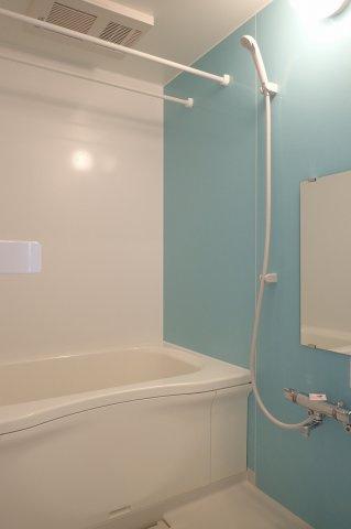 追い焚き機能・浴室暖房乾燥機付きバスルーム♪雨の日のお洗濯にも便利な物干しバー完備です!お風呂に浸かって一日の疲れもすっきりリフレッシュ♪