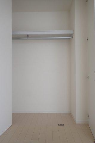 洋室6.2帖のお部屋にあるクローゼットです!お洋服もしわにならず、キレイに収納できます☆