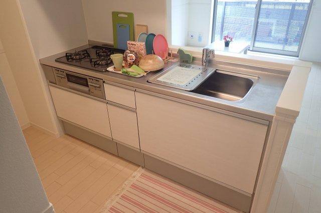 白を基調としたシステムキッチンです!場所を取るお鍋やお皿もたっぷり収納できてお料理がはかどります!