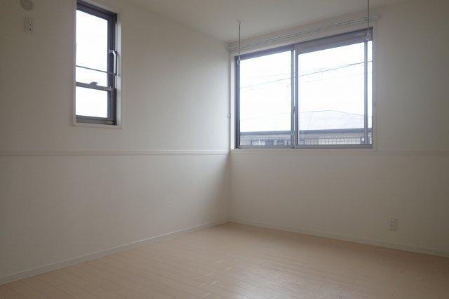 玄関側にある角部屋二面採光洋室6.2帖のお部屋です♪子供部屋や書斎・寝室など多用途に使えそうなお部屋です♪