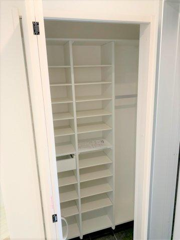 ◇Shoes closet◇高さのあるゆとりのシューズボックスを完備。ご家族の多い方や来客時も安心の仕様です。【現地(2021年4月)撮影】
