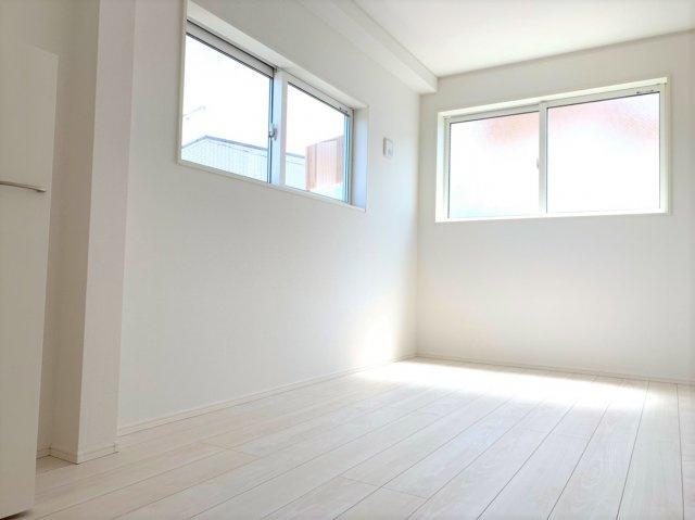 ◇Bed room◇家族が過ごす安らぎの空間。プライベートなベッドルームだから暮らす方の感性で造り上げられるよう、シンプルな室内に仕上げてあります。【現地(2021年4月)撮影】