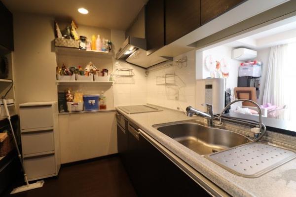 【キッチン】カウンターキッチン、棚付きで収納〇!