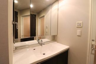 【独立洗面台】三面鏡収納付き。