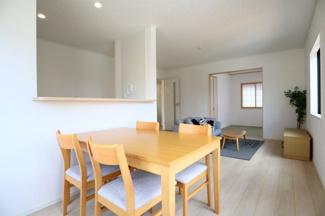 酒々井町東酒々井 新築戸建 酒々井駅 1階LDK16.2帖。家具が設置されており、住んだ際のイメージがしやすいです。