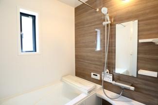 酒々井町東酒々井 新築戸建 酒々井駅 浴室乾燥機付きの1坪タイプのお風呂です。窓もついており換気も楽々♪