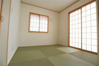 酒々井町東酒々井 新築戸建 酒々井駅 1階LDK横和室4.5帖。LDKつなげて20帖以上の大空間になります。キッチンからも様子がうかがえます。
