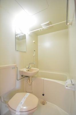 バストイレ同室のため浴槽は小さめ。シャワーはの方におすすめです。