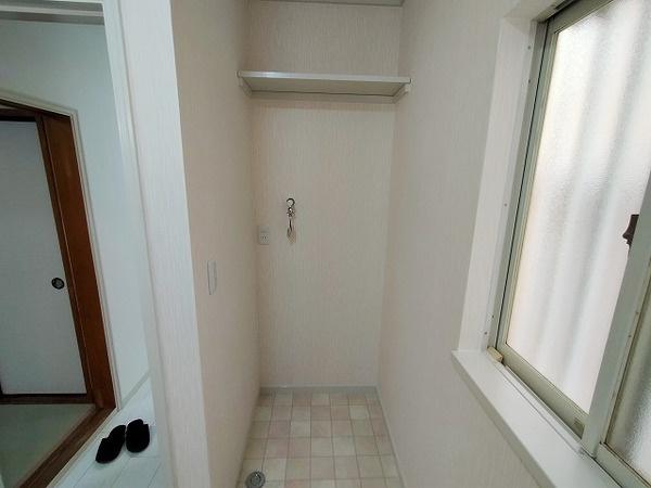 洗剤など置ける棚つきの洗濯機置き場♪