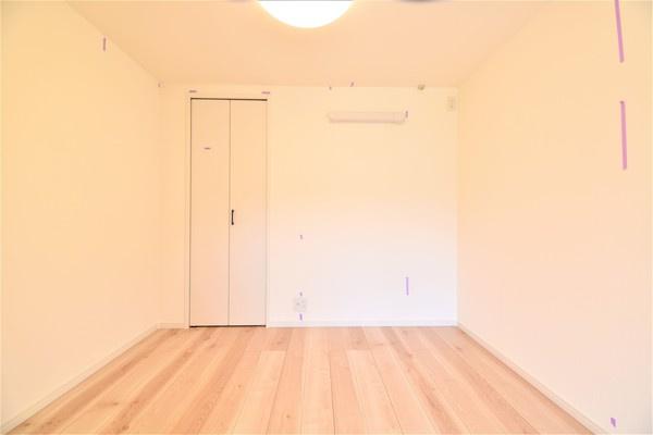 お部屋には収納を完備しております! クローゼットがあるとお部屋も広く使えて助かりますね!