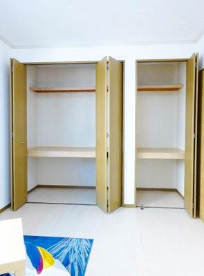 洋室6帖のお部屋にある収納スペースです!ストーブや扇風機など季節ものも収納できます☆収納スペースが2ヶ所あるのが便利ですよね!