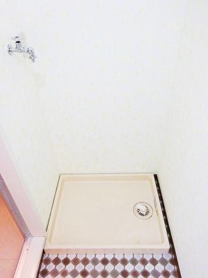 洗面所にある室内洗濯機置き場です♪室内に置けるので洗濯機が傷みにくい☆防水パンが付いているので万が一の漏水にも安心です!