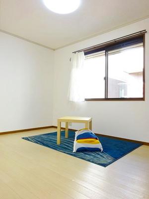 玄関から入って右側にある、洋室6帖のお部屋です♪子供部屋や書斎・寝室など多用途に使えそうなお部屋です♪